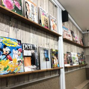 3Fは壁面いっぱいの雑誌に囲まれた空間になっています