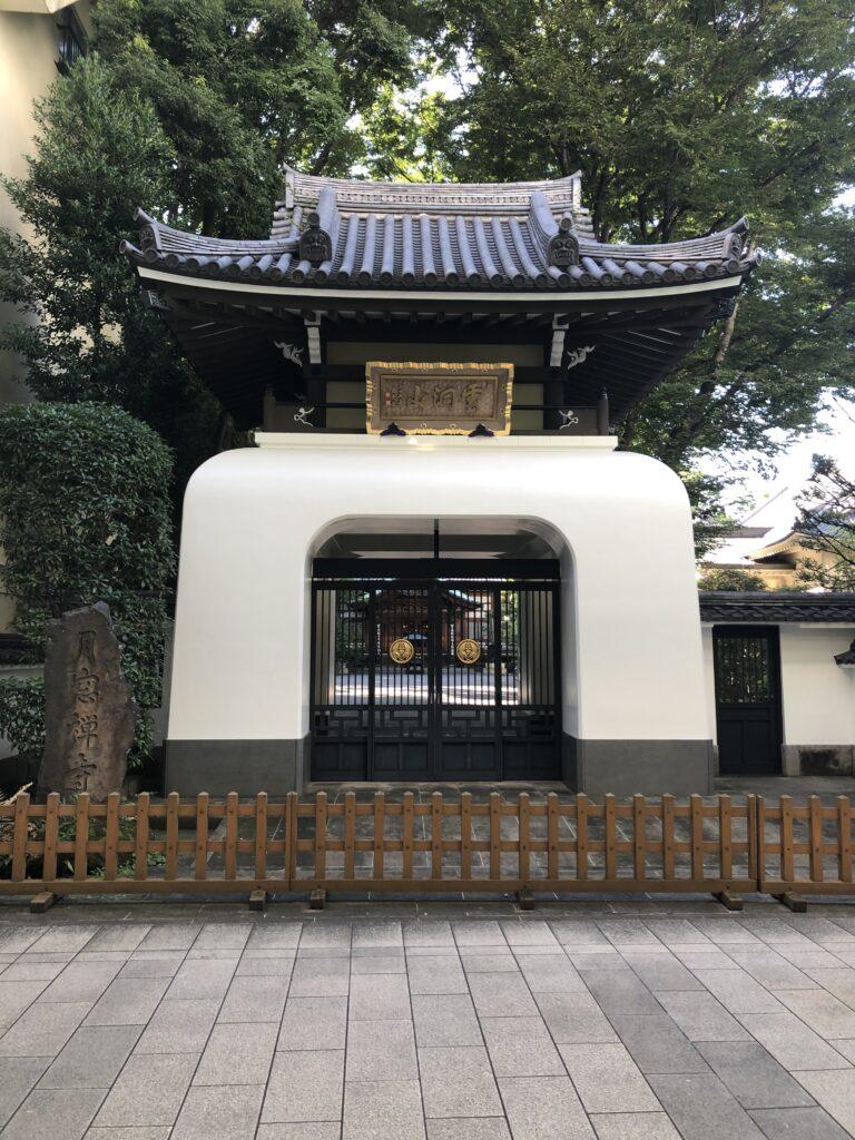 月窓寺の白い山門