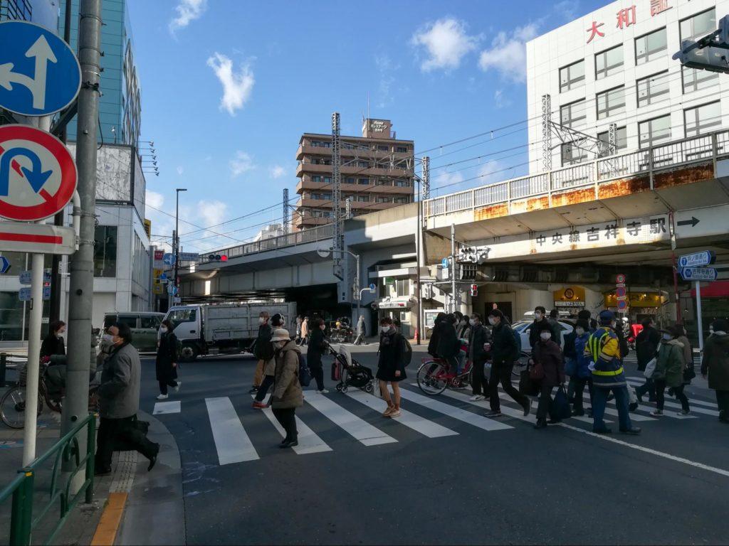 吉祥寺駅周辺の人通りの様子