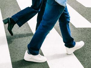 吉祥寺の横断歩道を歩く二人