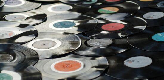たくさんのレコードが重なっている