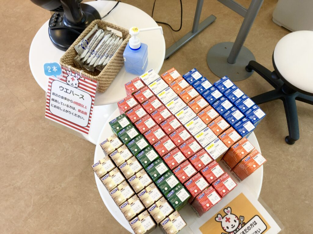 献血ルーム「吉祥寺タキオン」の紙パックの飲み物とウエハース