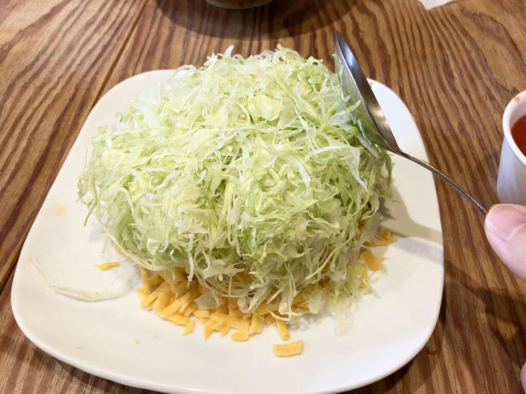 アボカドチーズタコライス(レタスを平たくする)