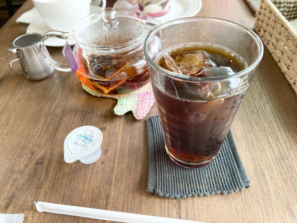 うさぎカフェ「カフェ・ミニヨン」アイスコーヒーとアールグレイティー
